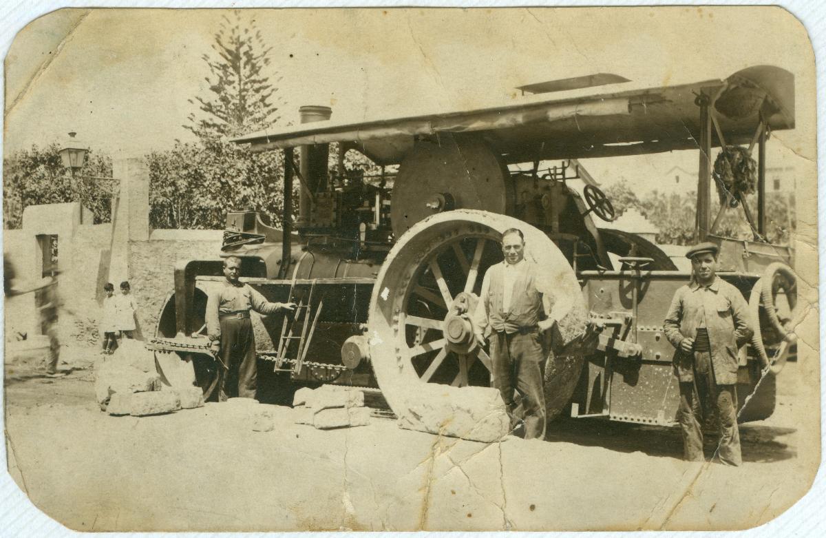 Piconadora per aplanar la carretera de Ribes. Amb aquesta màquina treballava el pare d'Ignasi, Vicenç Catalán, 1924.