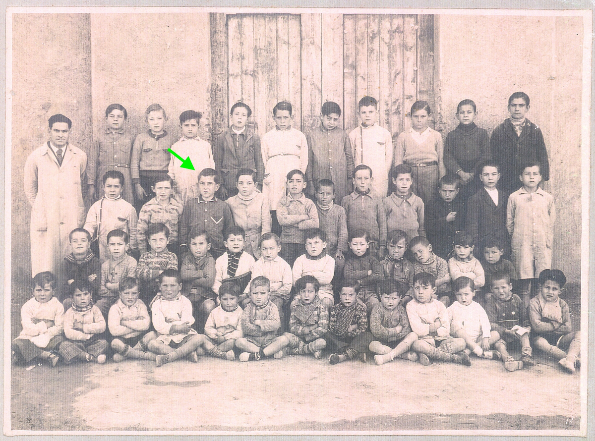 Alumnes de l'escola que hi havia al carrer de la Madriguera, entre ells es pot veure a l'Ignasi Catalán, 1935.