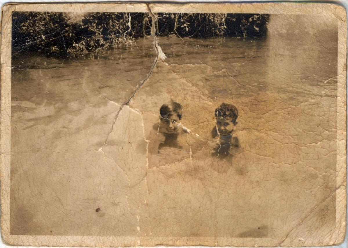 Banyant-se amb un amic al Rec Comtal, 1936.
