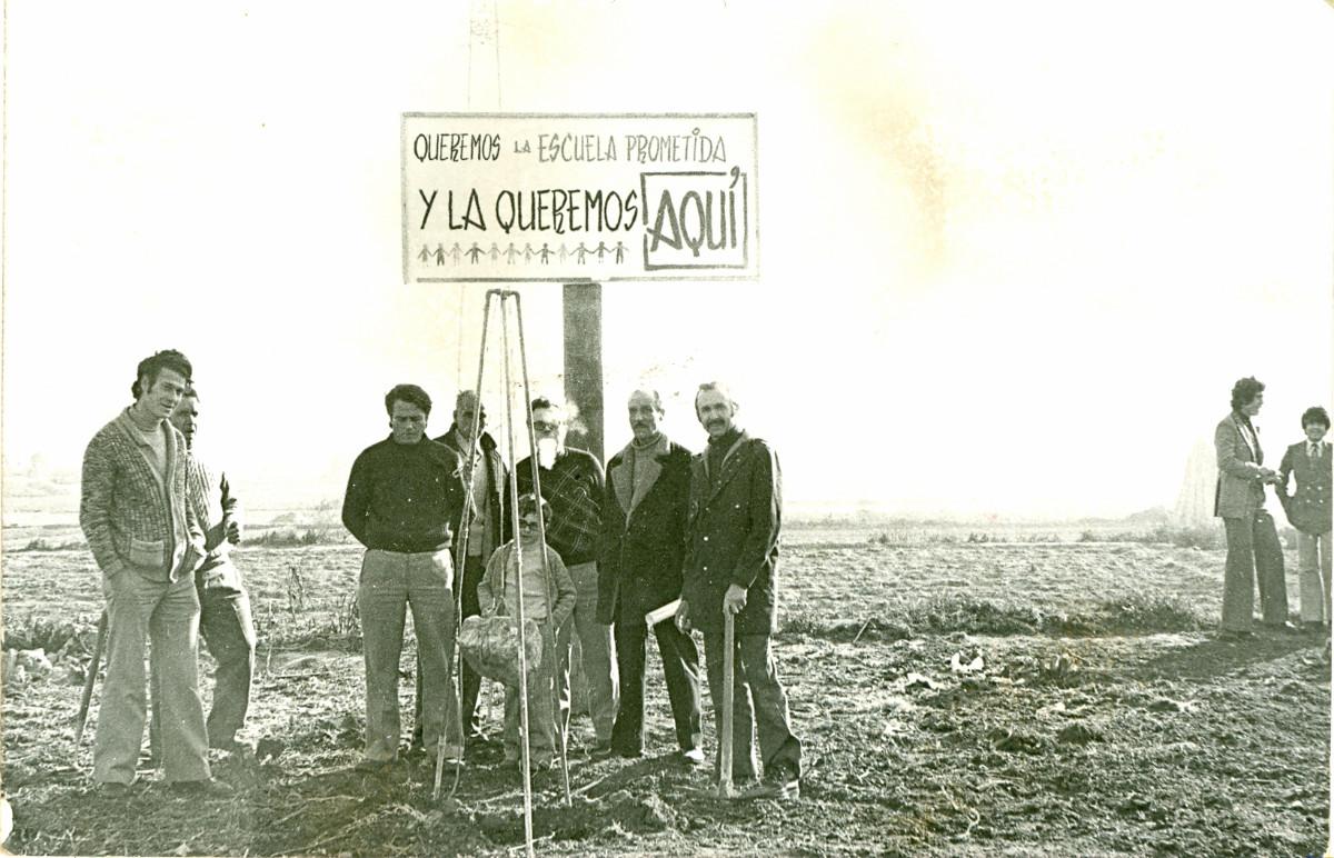 Manifestació reivindicant una escola pública. Col·locació simbòlica de la primera pedra, 1974.