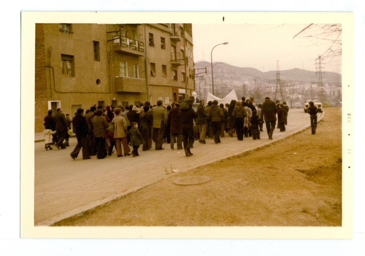 Manifestació reivindicant una escola bressol pública i gratuïta pel barri, 1977.