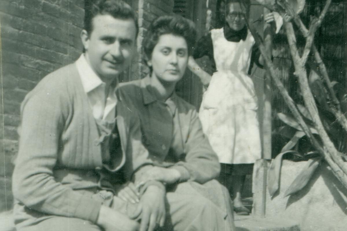 El matrimoni Ignasi Catalán i Montse Llopart asseguts al pati de casa, 1955.